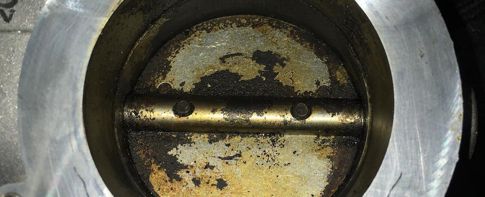 Zanesená škrtiaca klapka pred vyčistením
