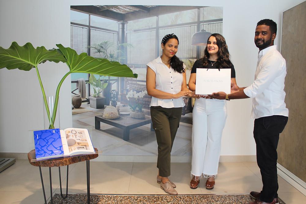 Tiendas Carabela, representantes en la República Dominicana de la marca Noken Porcelanosa hace entrega de premio a Tatiana Núñez de Entre Dos Interiores.