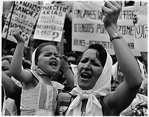 Mae e filha - Plaza de mayo_1982.jpg