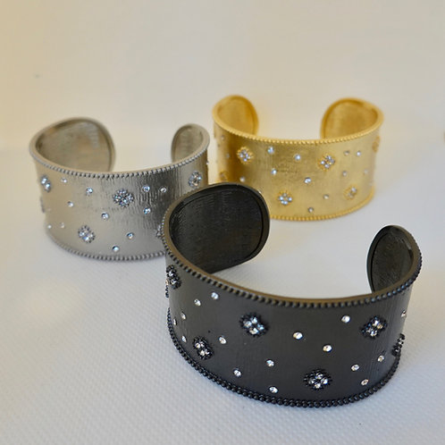 Cuff bracelet in gunmetal and gold and silver color.