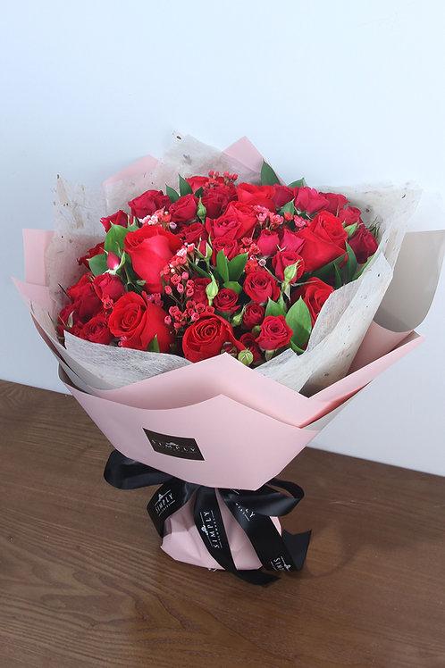 紅玫瑰 + 紅小玫瑰 + 時令配花
