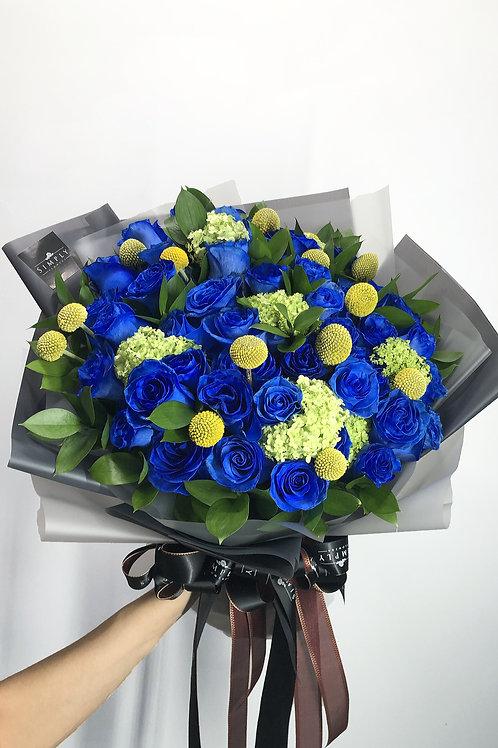 藍玫瑰 + 小繍球 + 魚蛋 + 吉葉 花束