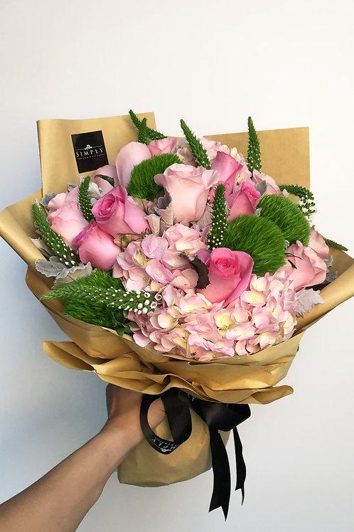 粉繡球 + 粉紅玫瑰 + 毛球 + 鼠尾 花束