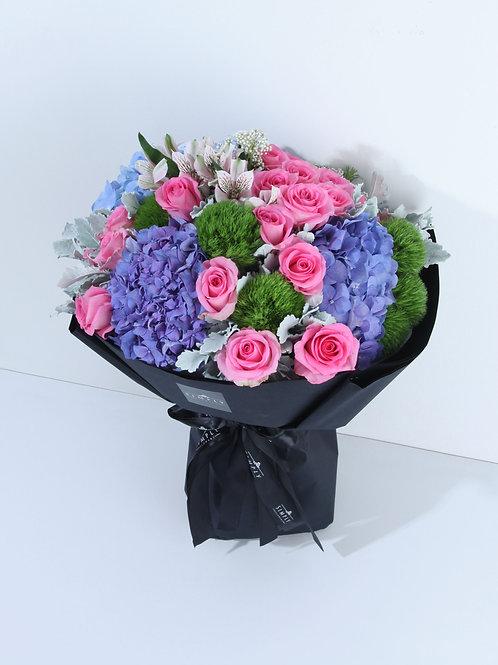 藍繡球 + 粉紅玫瑰 + 時令襯花 花束