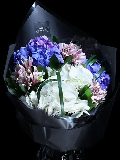 紫藍白繡球 + 小白合 + 襯花 花束