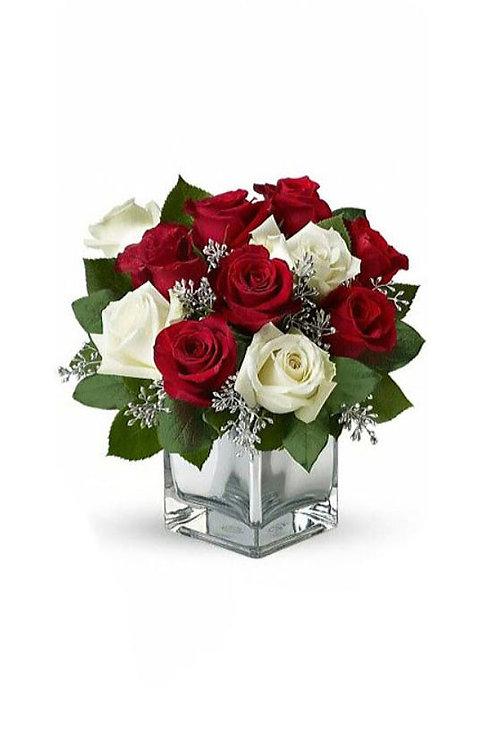 紅玫瑰 + 白玫瑰 + 時令配花加配花瓶