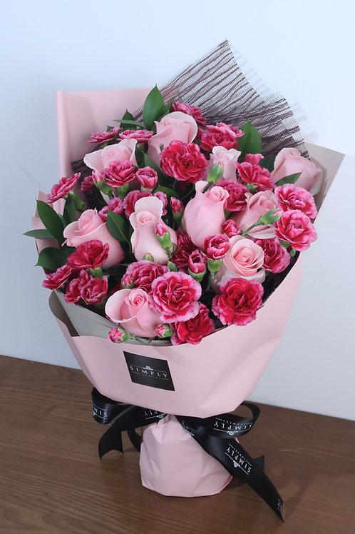 粉紅玫瑰 + 混色小丁 + 襯葉 花束
