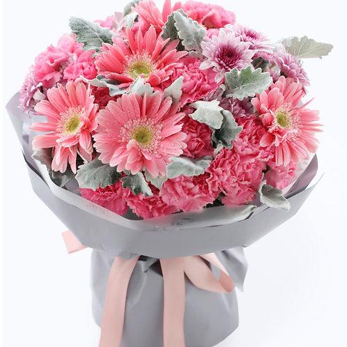 粉色康乃馨+粉色太陽花+銀葉菊 花束
