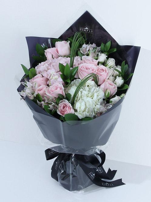 繡球 + 粉紅玫瑰 + 白玫瑰 + 小百合 花束