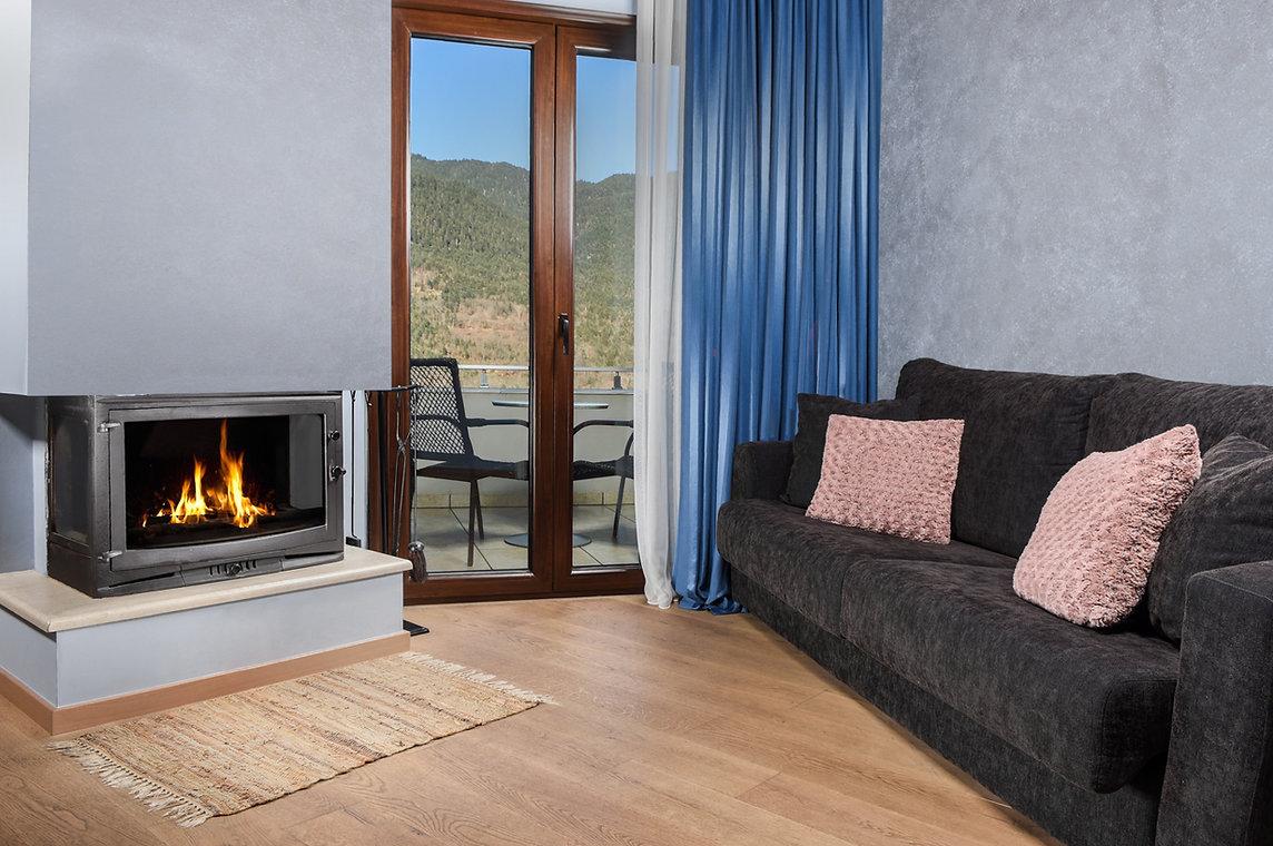 fsuites-deluxe-suite-blue-fireplace-karp