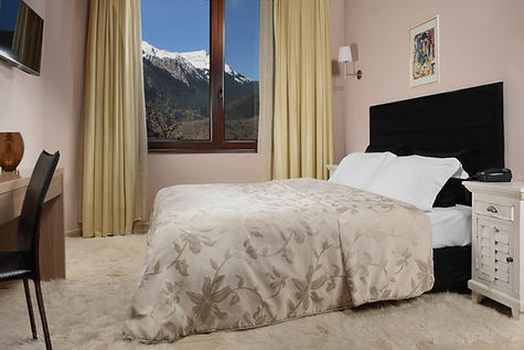 karpenisi-forest-suites-deluxe-room-bedr