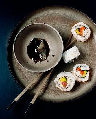 Sushi com molho de soja