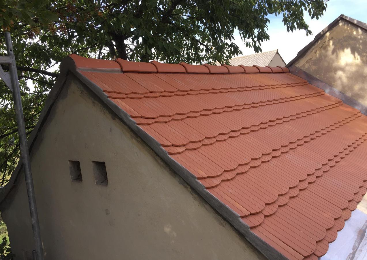 Satteldach in Biberschwanz mit Kronendeckung