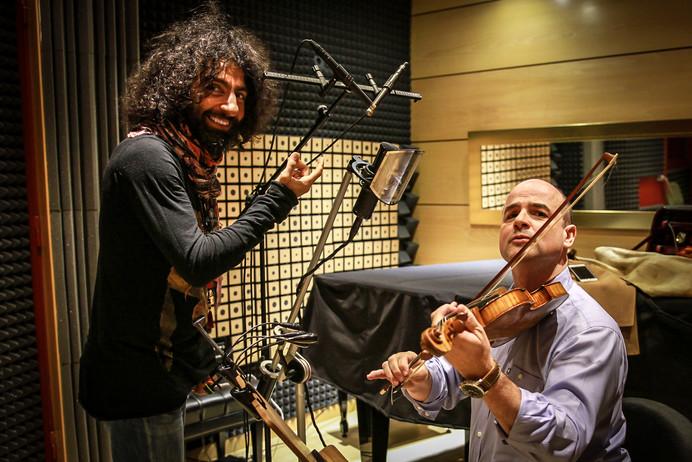 Con Ara Malikian aprendiendo a tocar el volín :) mientras él coloca el micro