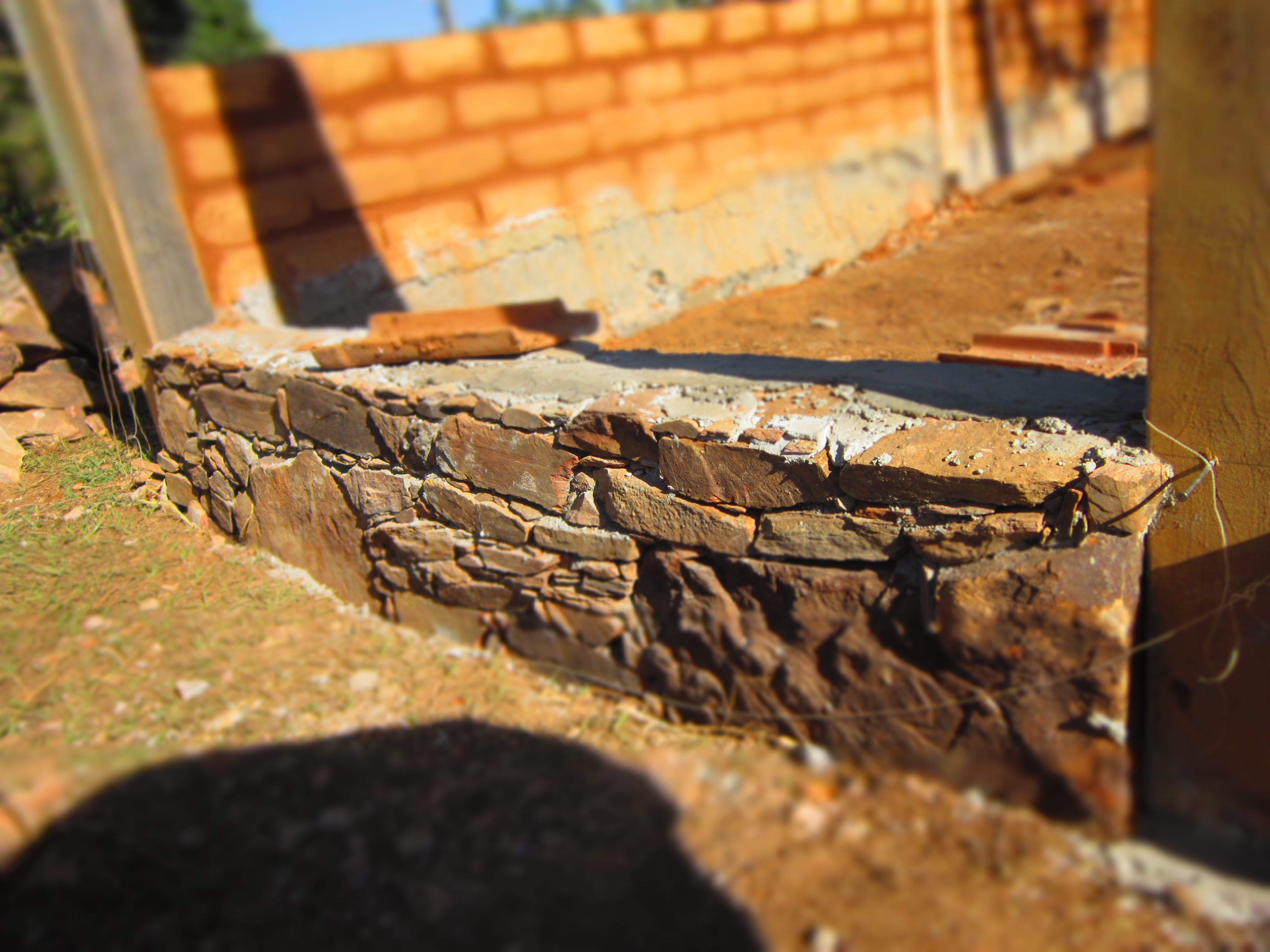 Fundação de pedra falsa-seca