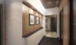 Дизайн-проект интерьера 3-х комнатной квартиры в Екатеринбурге. Функциональный минимализм, Вечная Классика и смелый Авангард под одной крышей. Шпонированные фасады кухни, встроенный камин, декоративная штукатурка на потолке, темный потолок.
