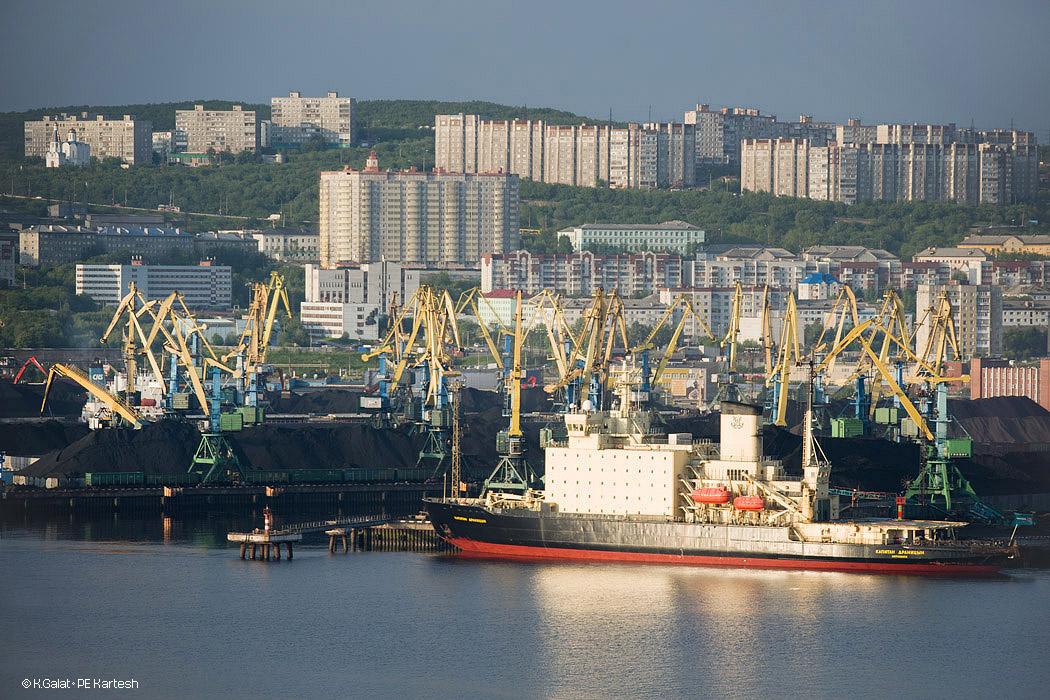 Мурманск. Ледокол в порту