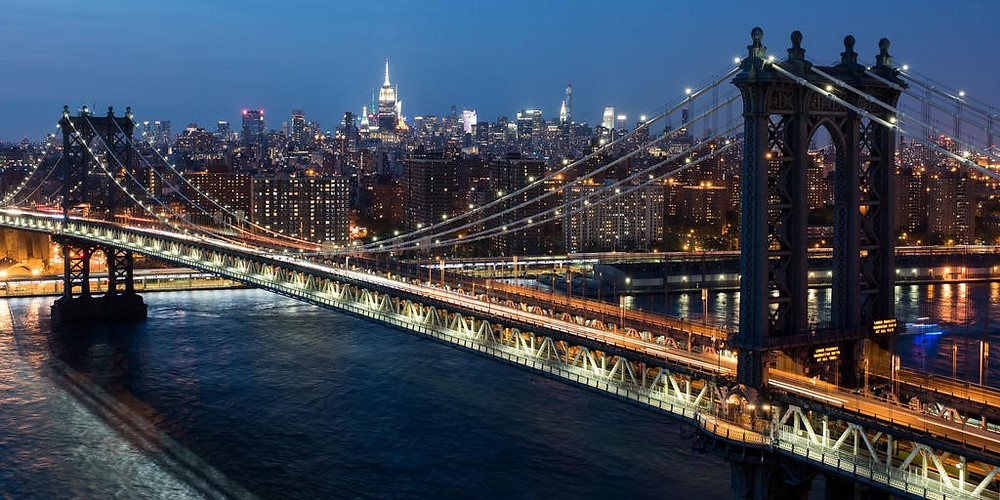Vista nocturna del puente de Brooklyn en la actualidad