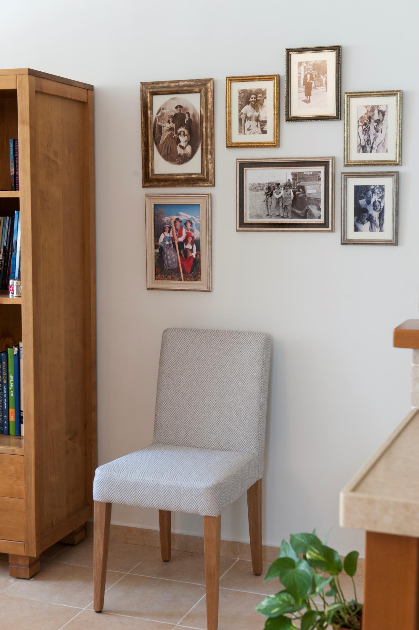 עיצוב קיר תמונות משפחה בעיצוב דירה ב