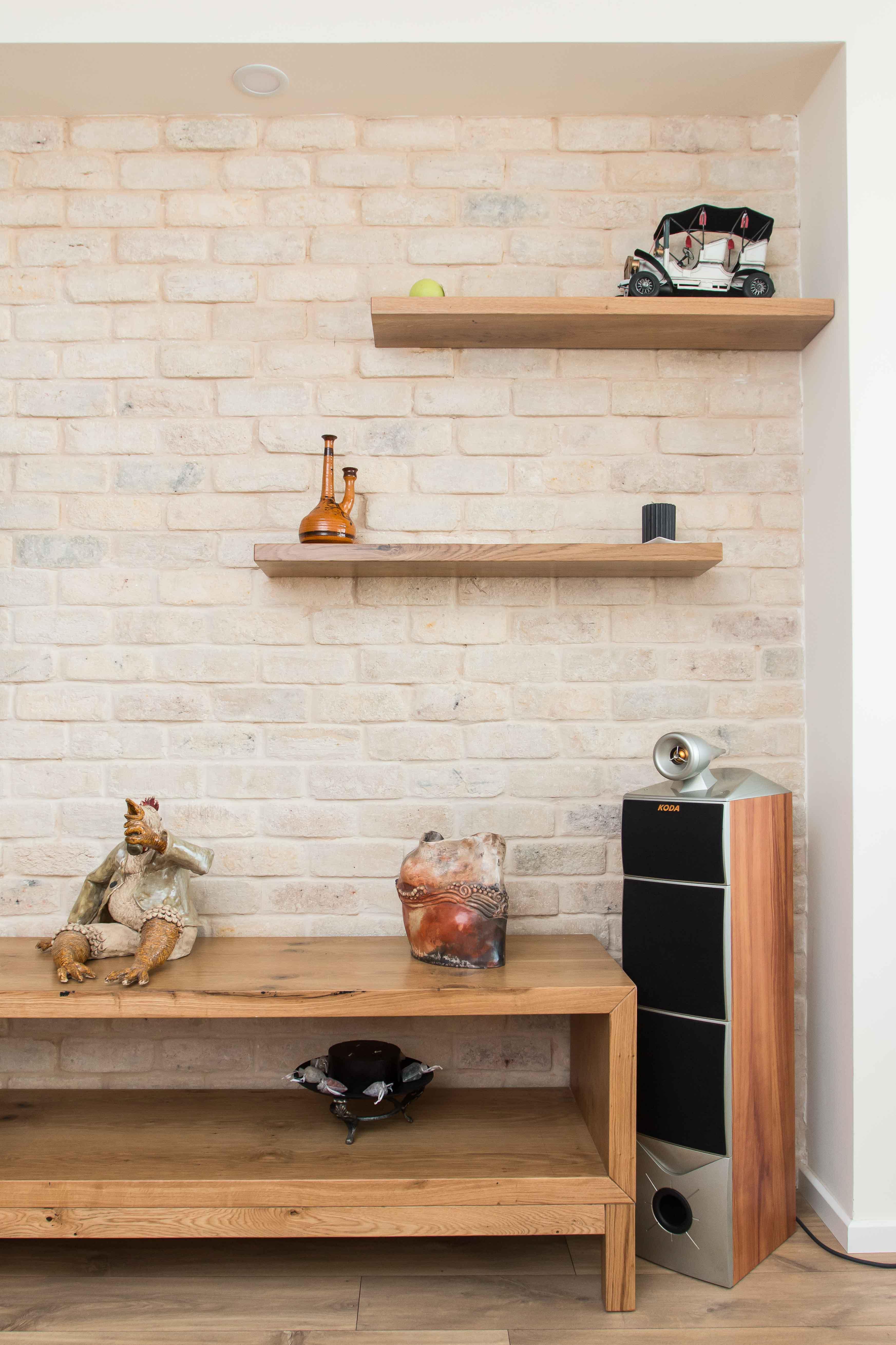 עיצוב סלון עם קיר בריקים לעיצוב דירה