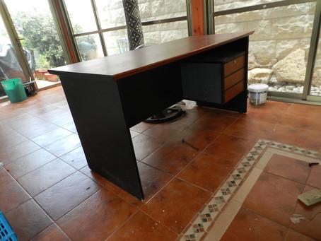איך להפוך שולחן משרדי משעמם, לרהיט מעניין?