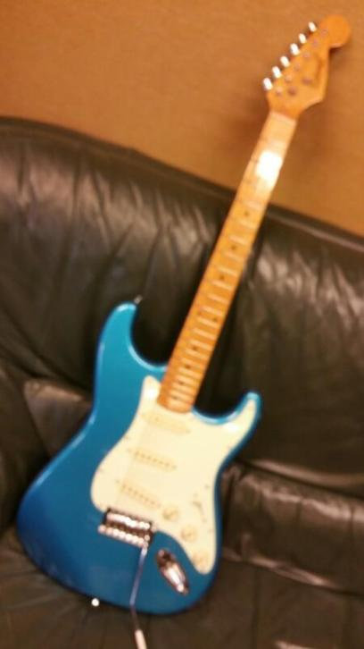 RICHWOOD STRATOCASTER METALLIC BLUE GOLDEN LOGO