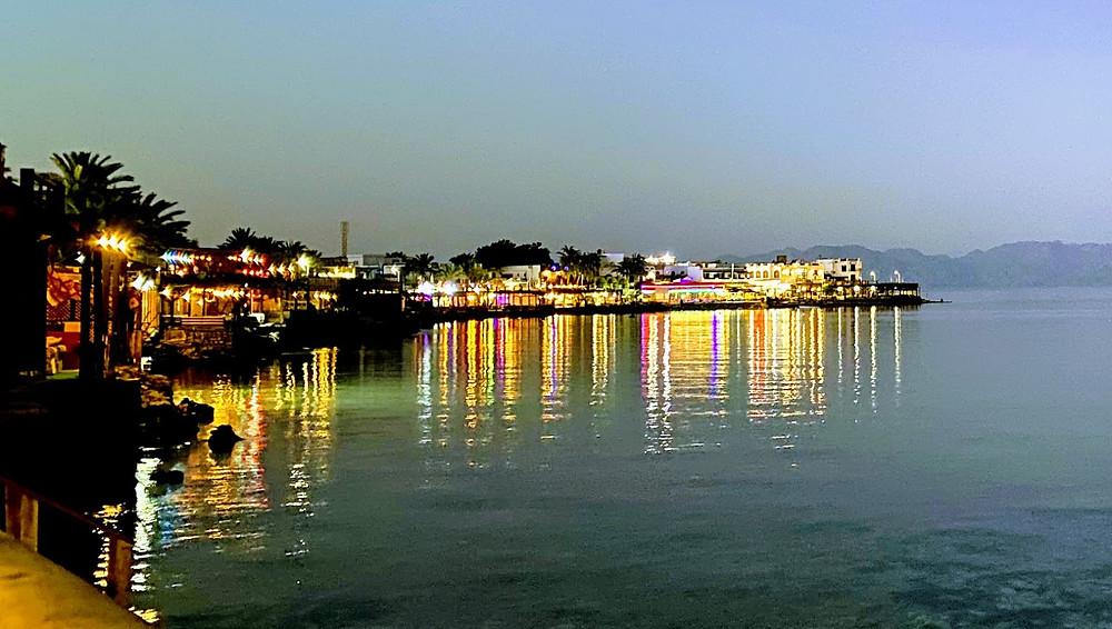 Cafés und Restaurants an der Küste in Lighthouse Dahab gegen Abend.