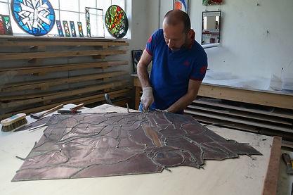 Restauration des vitraux à l'atelier. Démontage des panneaux
