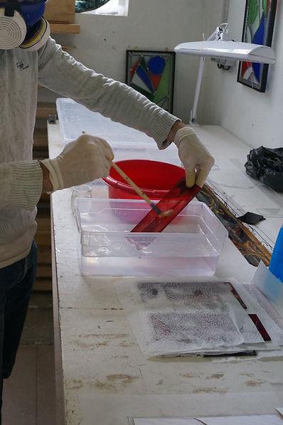 Gravure à l'acide des pièces à fond rouge pour les bordures