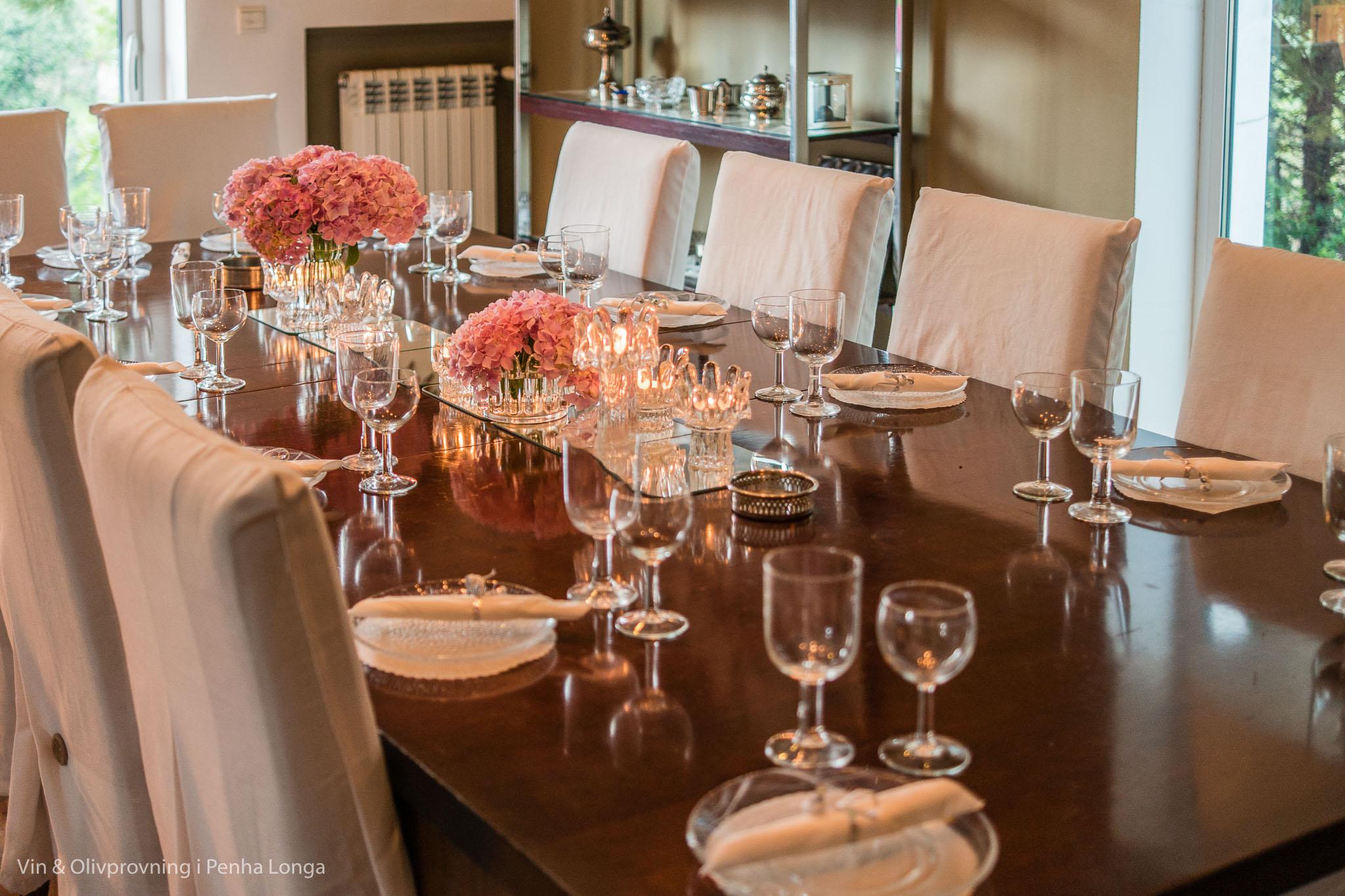 Uppdukat middagsbord inför kvällen
