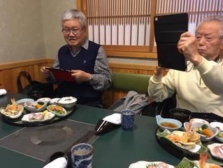 シニアクラスのお食事会。写真を撮ってLINEにアップ!