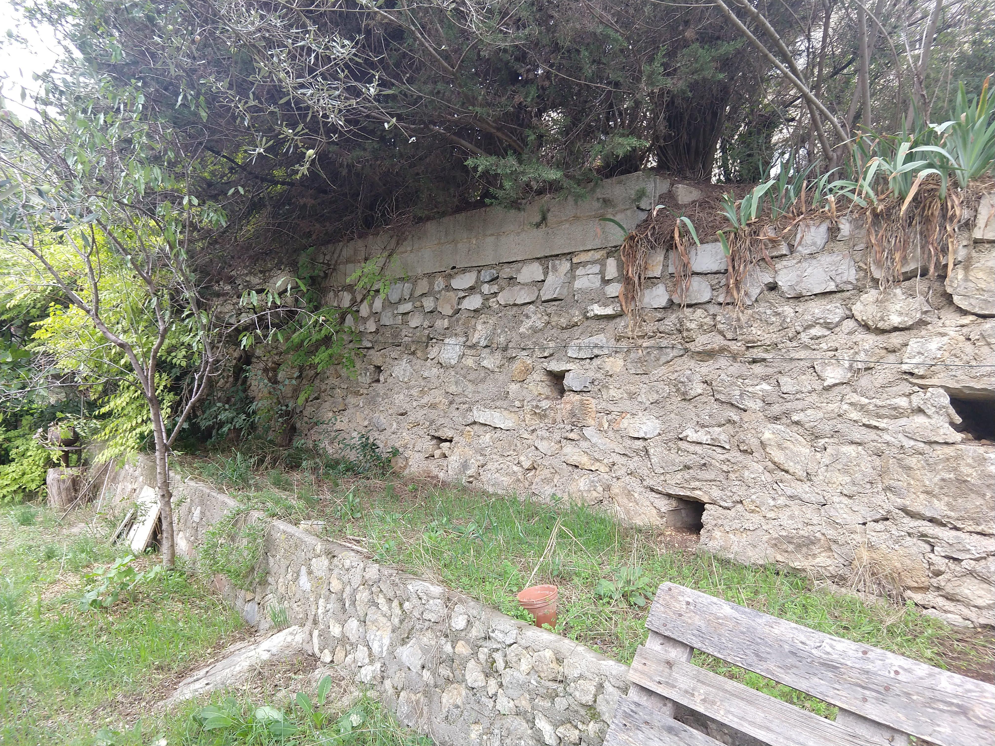 Terrasse face à un mur exposé sud