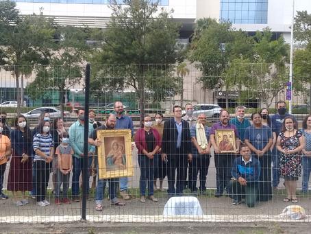 Católicos em Jundiaí rezam o Santo Rosário em frente ao Shopping
