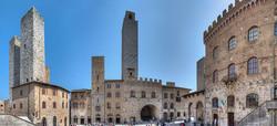 Piazza_del_Duomo_-_San_Gimignano,_Siena,_Italia_-_26_Marzo_2016