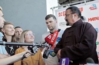 Стивен Сигал проверил готовность бойцов к шоу «ЖАРА Fight»