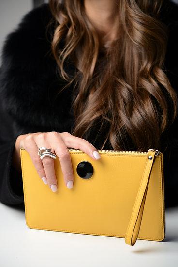 Pochette in pelle gialla con dettaglio in argento smaltato