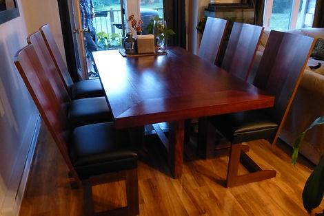 Ensemble contemporain de table et six chaises.