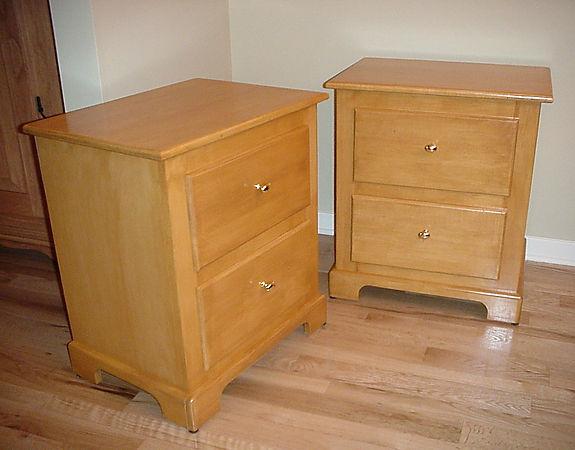 Paire de tables de chevêt à deux tiroirs.