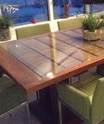 Table incorporant une antiquité japonaise