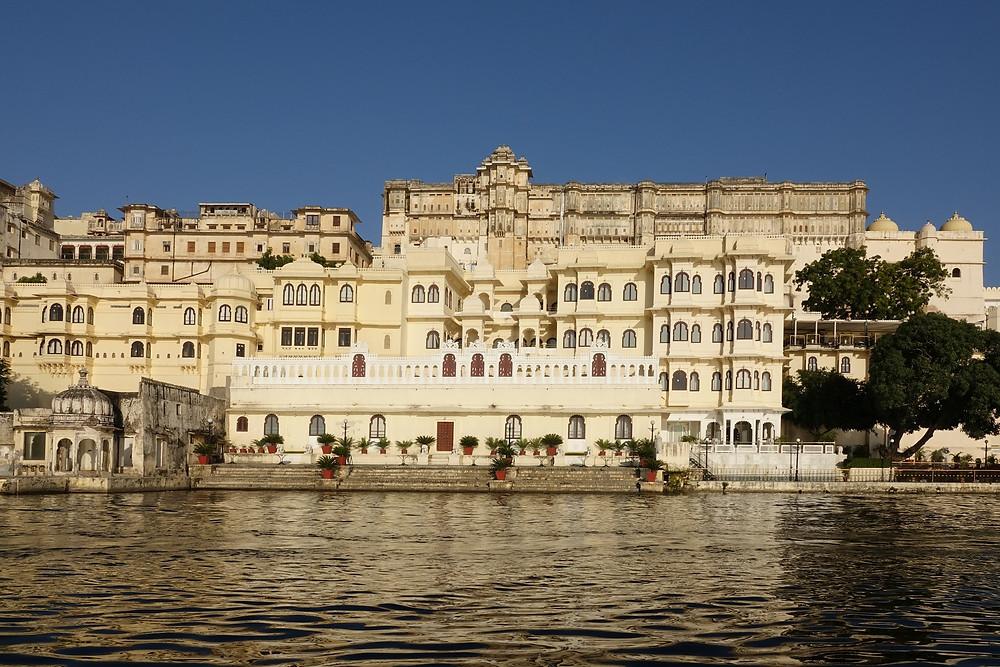 Le City Palace au bord du lac Pichola à Udaipur