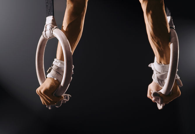 Man balancerend op gymnastiekringen