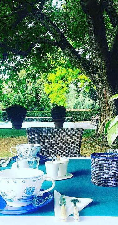 Petit-déjeuner servis dans le jardin