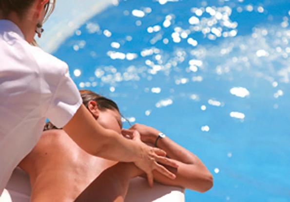 Thalasso-Spa-Modelage-en-bord-de-piscine