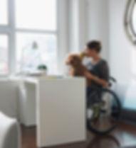 Frau im Rollstuhl trinkenden Kaffee