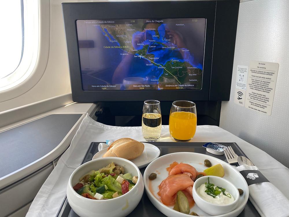 Refeição servida antes do desembarque na executiva da Aeromexico