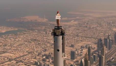 Emirates coloca comissária no topo do Burj Khalifa