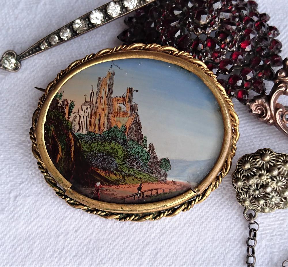 ruinromantik i souvenirsmycke från 1800-talet