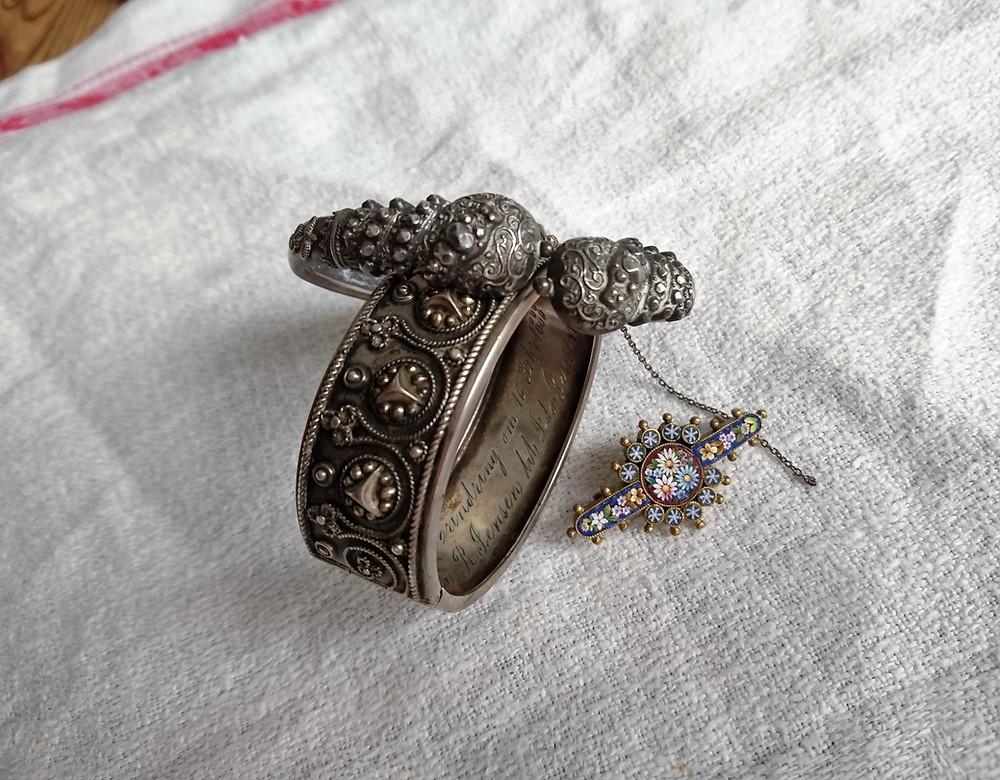 smycken med etruskisk stil från 1800-talet