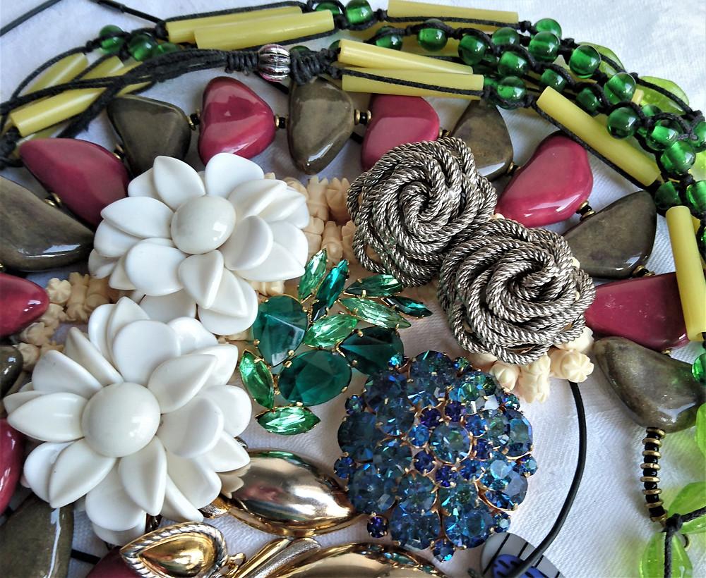 färgglada bijouterier i roliga former