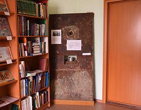 Музейная библиотека и дверь тюремной кам